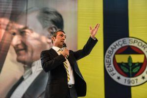 ¡Increíble! Presidente del Fenerbahçe se enfrasca en trifulca con aficionados que exigían su renuncia