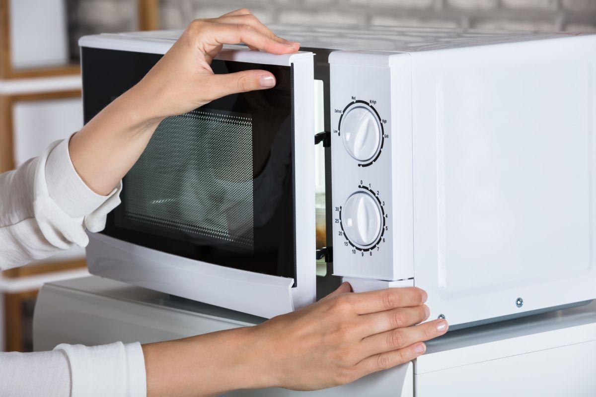 Conoce los alimentos que no deberías recalentar en microondas