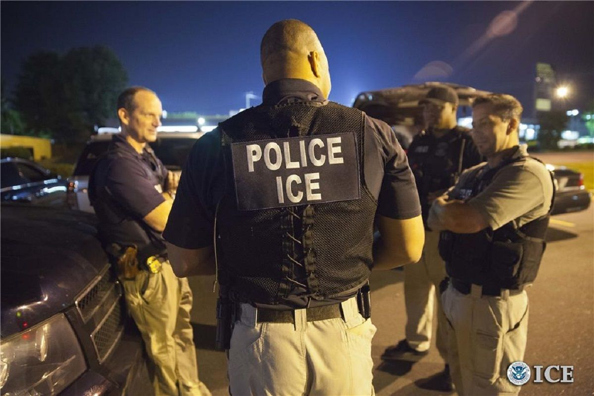 ICE continúa sus operativos contra inmigrantes.