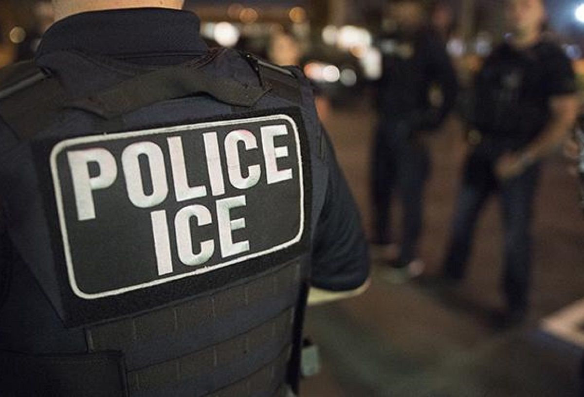 ICE mantiene sus operativos contra indocumentados.