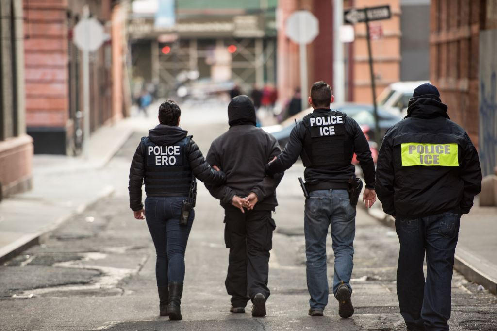 Advierten que agentes de ICE pueden arrestar a inmigrantes sin tener orden judicial