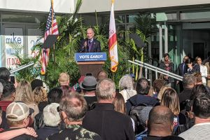 Mike Bloomberg llegó al sur de Los Ángeles por el voto latino