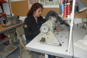 Mientras luchan por mejores condiciones de trabajo, costureros esperan el pago de su salario