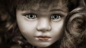 """Descubre la """"cara de un bebé"""" incrustada en el concreto de su casa"""
