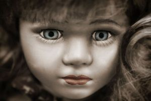 """Detienen a pedófilo """"Kinder Chocolate"""" con una colección de 200 muñecas"""