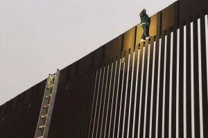 Video y fotos: Mexicano queda atrapado en muro fronterizo por ataque de pánico