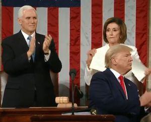 Nancy Pelosi provoca burlas, críticas, aplausos y 'memes' tras romper el discurso de Trump