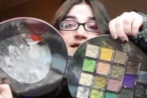 Truenan en redes contra youtuber por golpear a su niña de 2 años por arruinarle el maquillaje
