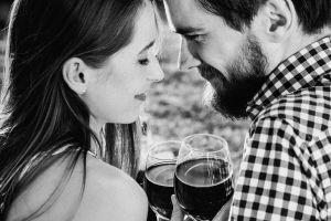 Cómo elegir vino y chocolates para un regalo especial