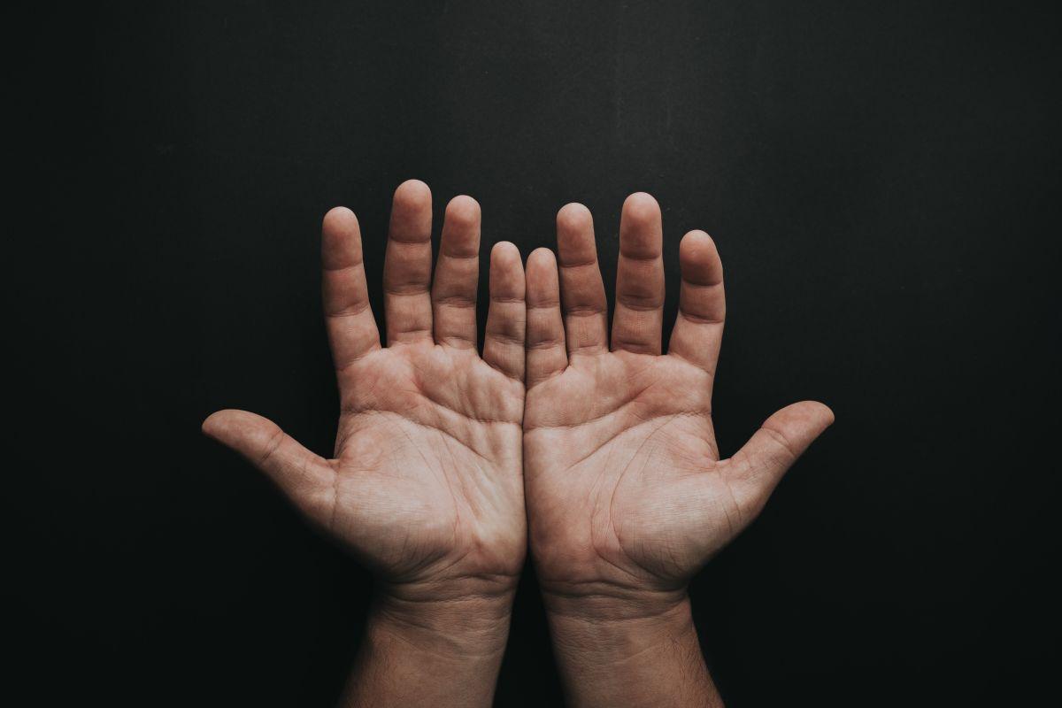 A la lectura de las manos se le llama quiromancia.