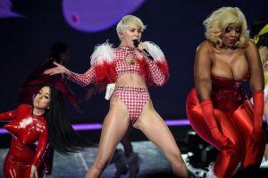 Paparazzi capta a Miley Cyrus en plena calle y sin sostén