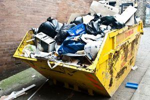 Recolector de basura en Japón encuentra 10 sobres con $150,000 en billetes