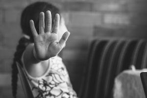 Mujer es acusada de permitir que su pareja abuse de su propia hija