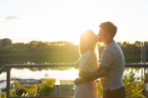 Descubre los beneficios de los besos para mejorar la salud