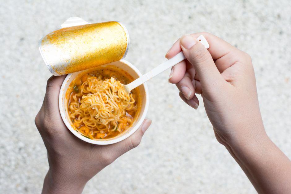 ¿Qué ingredientes contienen la sopa instantánea?