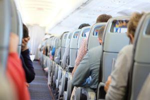 Pasajero golpea furioso asiento de avión de una mujer por haberlo reclinado