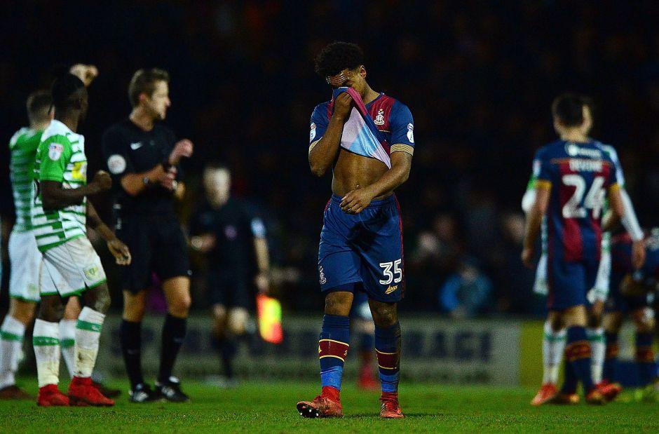 Futbolista inglés es expulsado de su club por abuso sexual a un niño