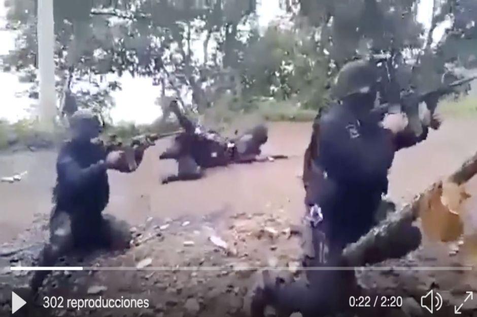 VIDEO: Policías se enfrentan a narcos, así fue la impresionante balacera en Michoacán