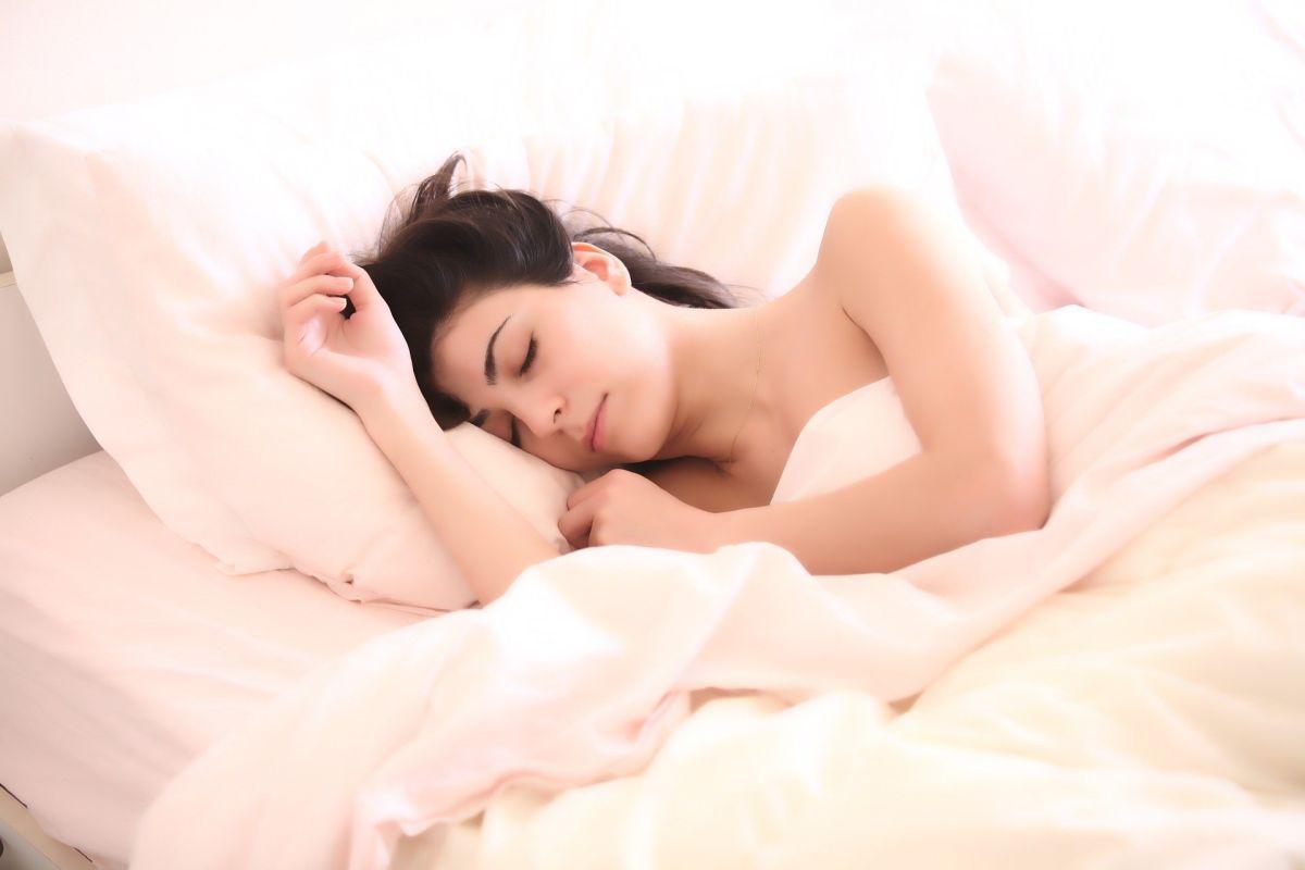 ¿Por qué es bueno dormir desnudo?
