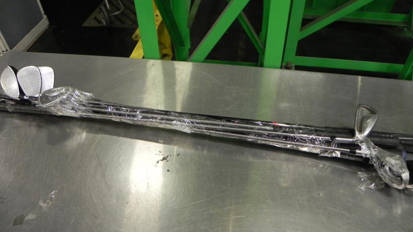 Imagen de los palos de golf que interceptaron con droga en su interior.