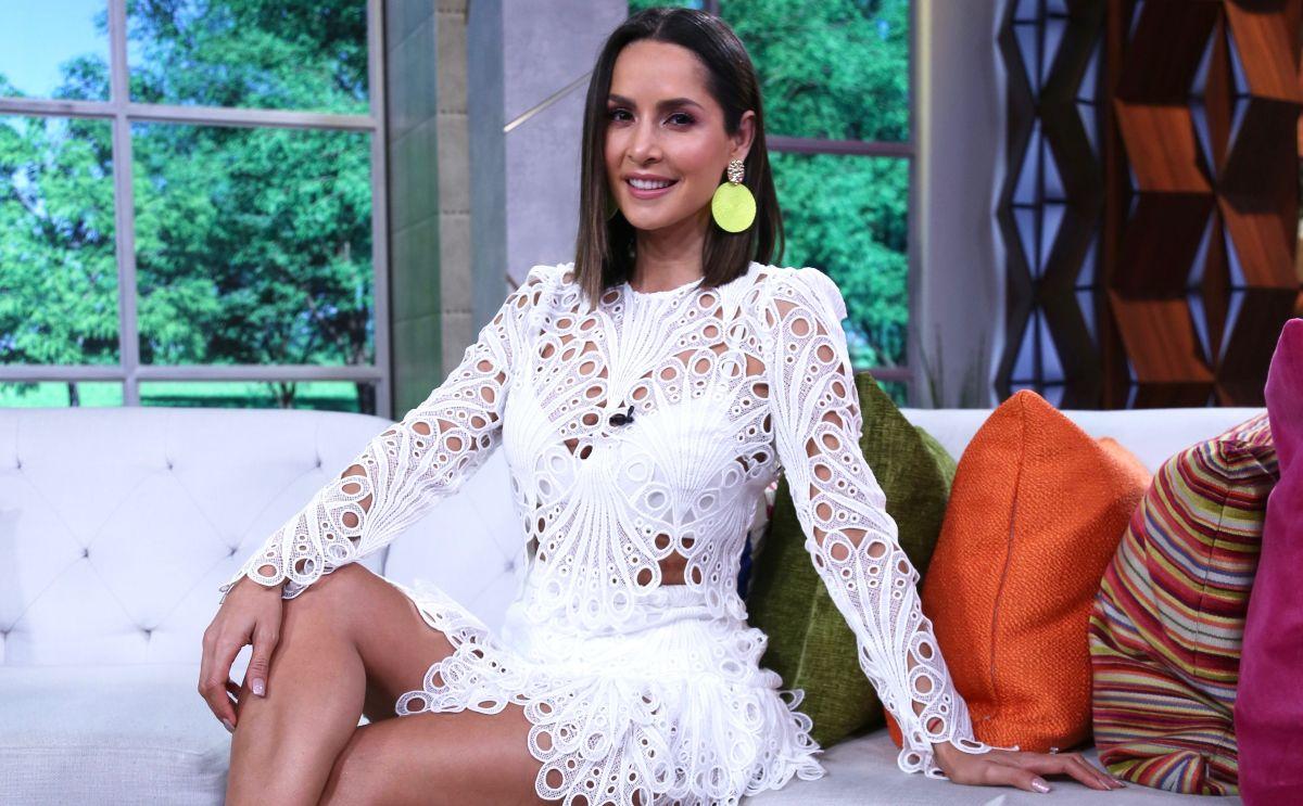 Carmen Villalobos exhibe su esbelta figura en un escotado jumpsuit blanco