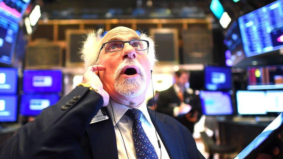 """Economistas entrevistados por BBC Mundo coinciden en que estamos """"muy cerca de una recesión global""""."""