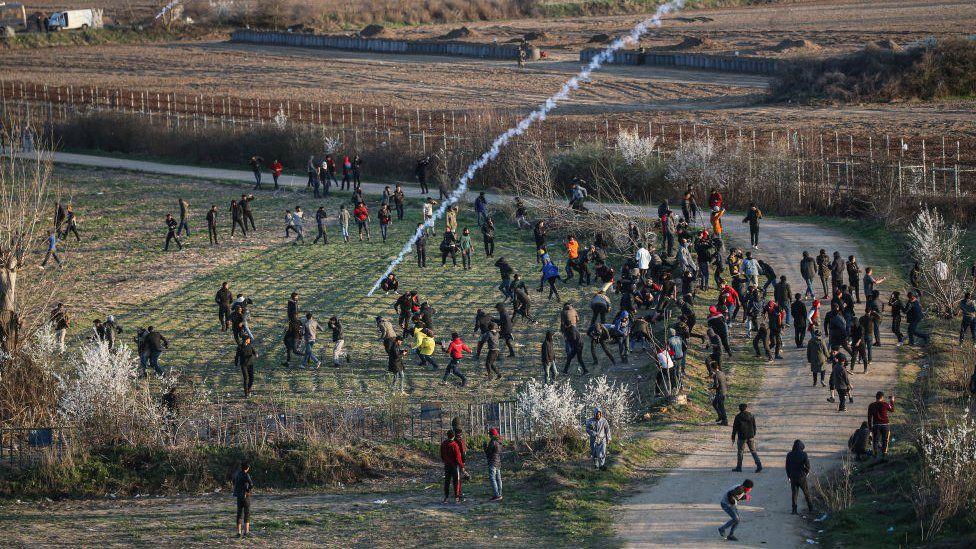 En medio de la crisis migratoria en Grecia, las fuerzas de seguridad de ese país intentan dispersar a los solicitantes de asilo con gases lacrimógenos.