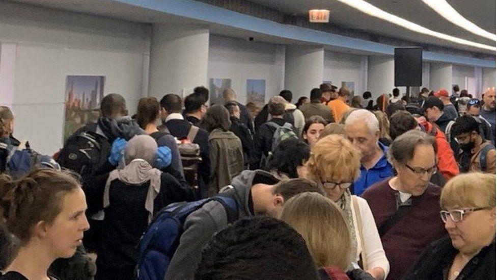 Coronavirus: caos en los principales aeropuertos de EE.UU. por los controles médicos a los pasajeros que llegan de Europa por el covid-19