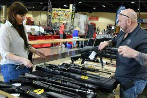 Cuán cierto es que el pánico por el coronavirus ha llevado a un aumento en la venta de armas en EEUU