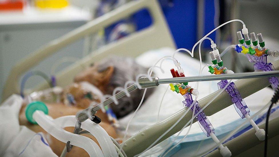 Se estima que el 5% de los infectados por el coronavirus requieren respiración asistida.