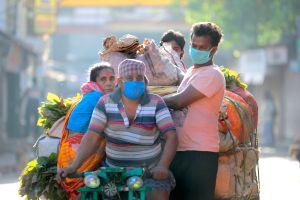 Hay personas en la India haciendo cuarentena por el coronavirus en los árboles
