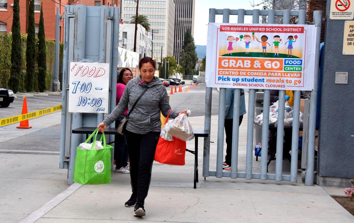 Reparten comida para estudiantes en las escuelas cerradas de Los Ángeles