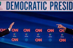 Así se cuidan del coronavirus los candidatos demócratas Bernie Sanders y Joe Biden