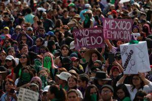 Desgarradora confesión de madre e hija en la marcha feminista de Ciudad México se hace viral