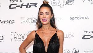Catherine Siachoque, la villana de las telenovelas en Telemundo, con una camiseta blanca y sin sostén