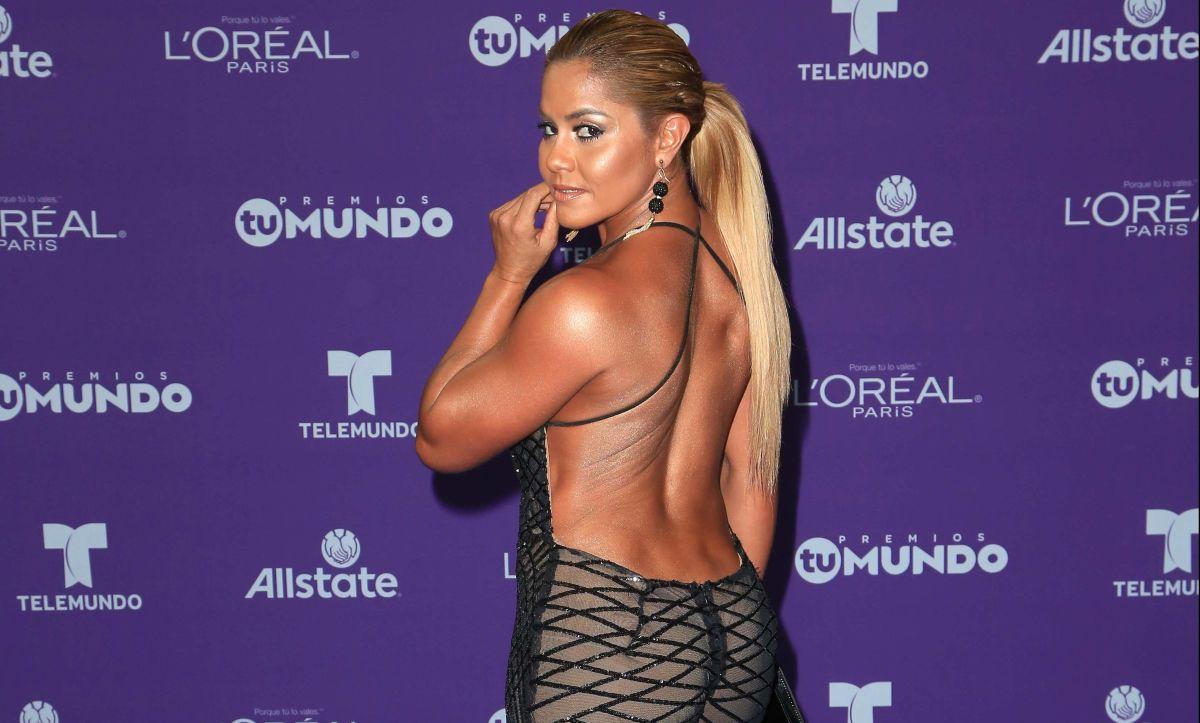 Maripily Rivera de pie frente al espejo con una lencería que la hace ver desnuda