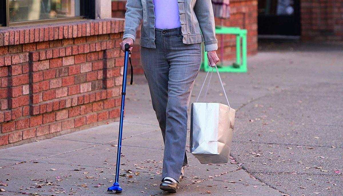 4 estilos de bastones antideslizantes para personas con problemas de movilidad