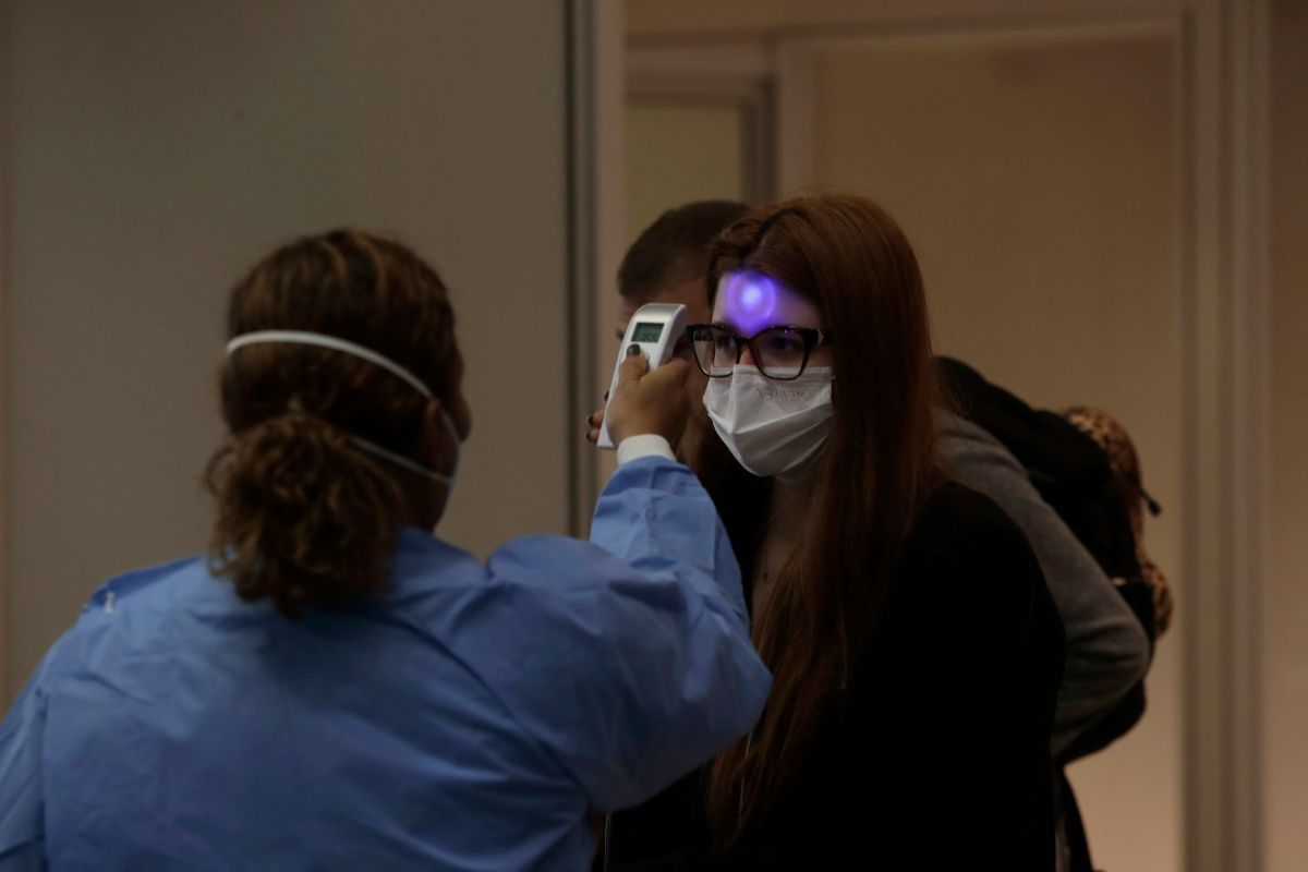 Los pasajeros se sometieron a controles sanitarios.