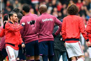 ¡Se saludaron! Jugadores de la Premier League le dieron la vuelta a la recomendación anti coronavirus de la liga