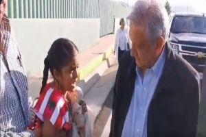 """VIDEO: Le llueven críticas a AMLO por decir que se """"quiere comer a besos"""" a niña"""