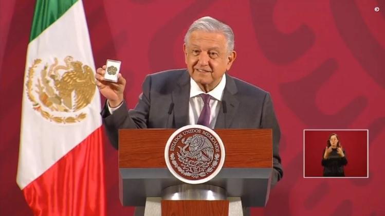 López Obrador muestra su trébol de la suerte para protegerse del coronavirus