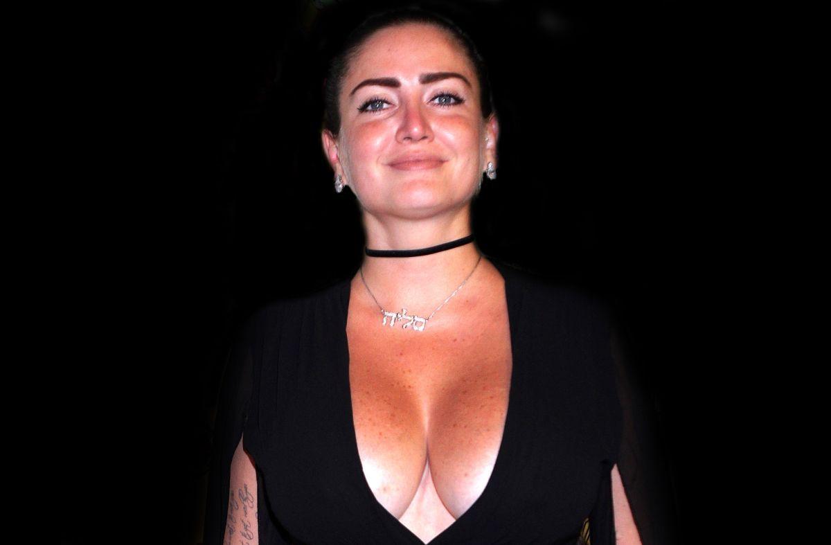 Celia Lora resalta la belleza de sus voluptuosos encantos con sensual lencería color piel