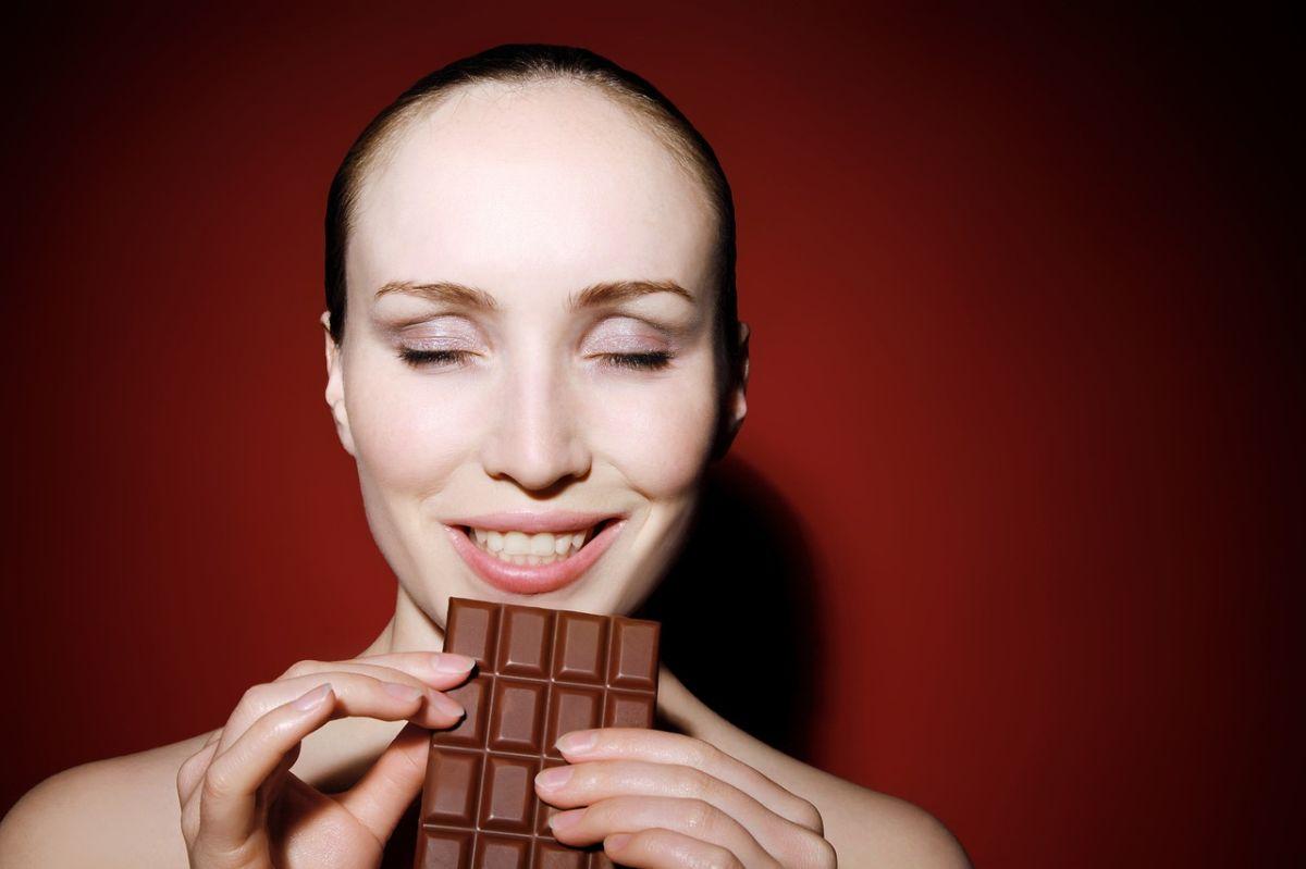 Dieta Sirtfood: ¿se puede perder peso tomando vino y comiendo chocolate?