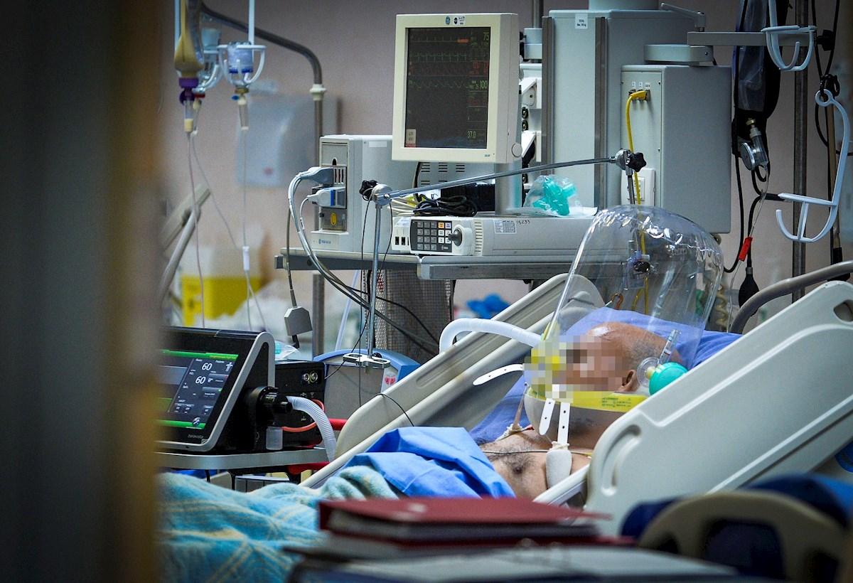 Un paciente con COVID-19 es atendido en un hospital de Milán, Italia.
