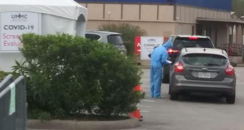 Un día agobiante por el coronavirus en Houston; se reporta la primera muerte, un menor contagiado y largas filas para exámenes