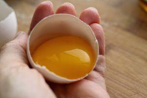 Conoce los riesgos de comer huevo crudo