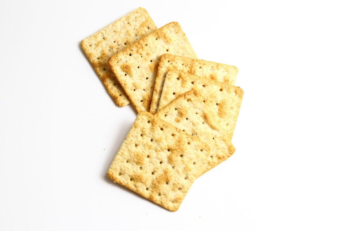Truco para convertir unas desabridas galletas saladas en un bocadillo gourmet