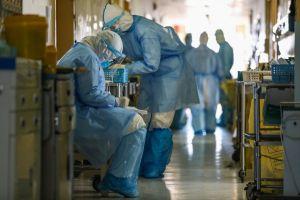 Video muestra sala de emergencia en Queens, NY, repleta de pacientes en camillas con coronavirus