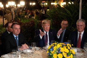 Funcionario brasileño que se tomó foto con Trump y Pence dio positivo en coronavirus