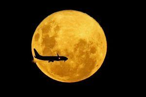 Imágenes: Una superluna ilumina el cielo esta noche. ¿Dónde se ve y qué significado tiene?
